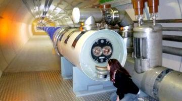 Lauren kissing a model of the LHC